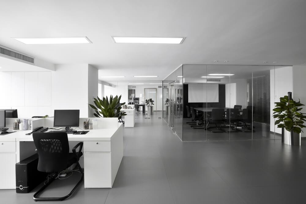 Lichte ruimte kantoorinrichting