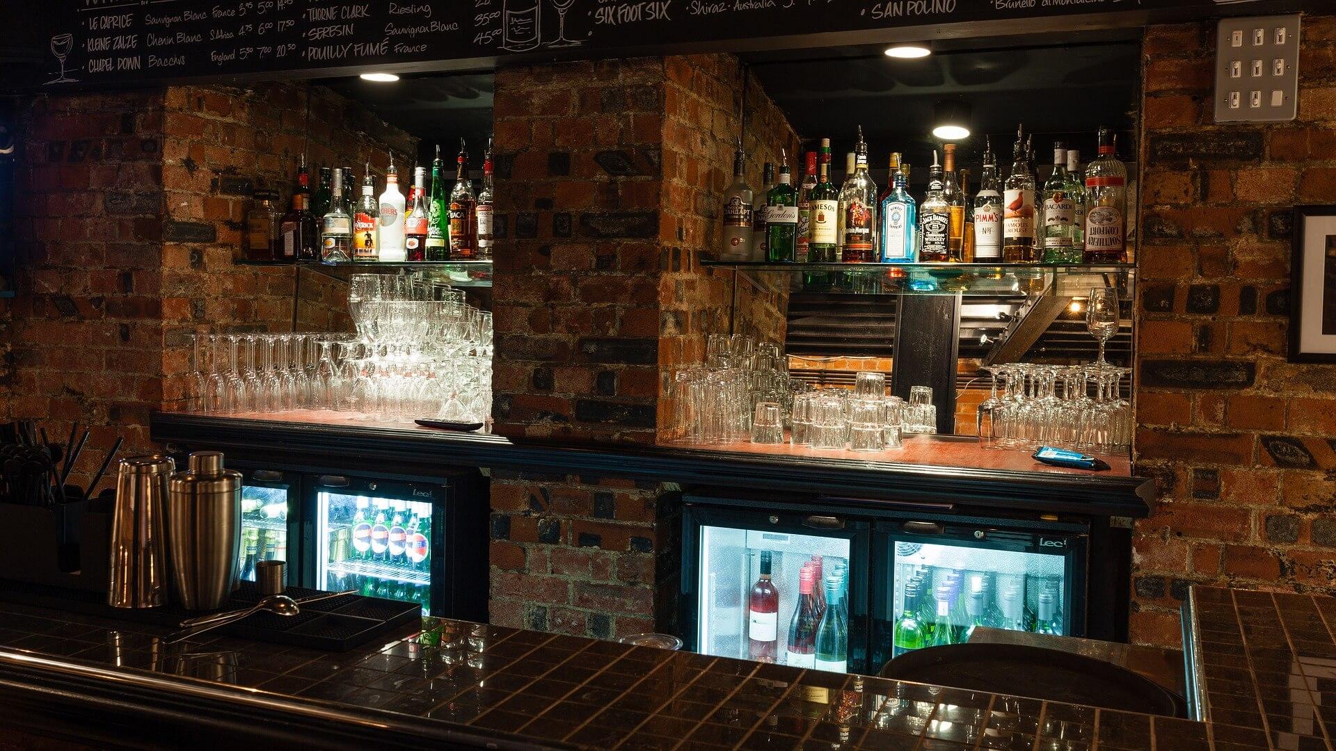 Een glazenspoelinstallatie is ook nodig voor de bar.
